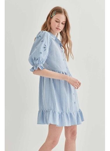 Vitrin Kollar Nakış Detaylı Çizgili Elbise Mavi